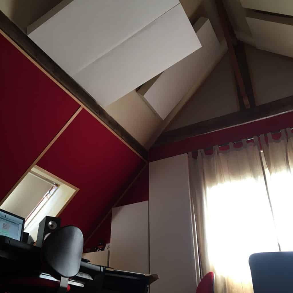 Absorbeur acoustique cloud et panneaux aux points de premières réflexions du home studio