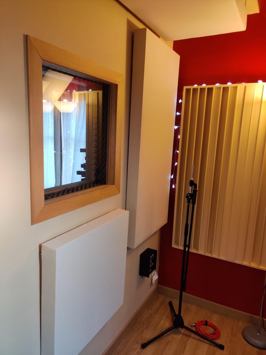 cabine d'enregistrement voix avec des panneaux acoustiques DIY