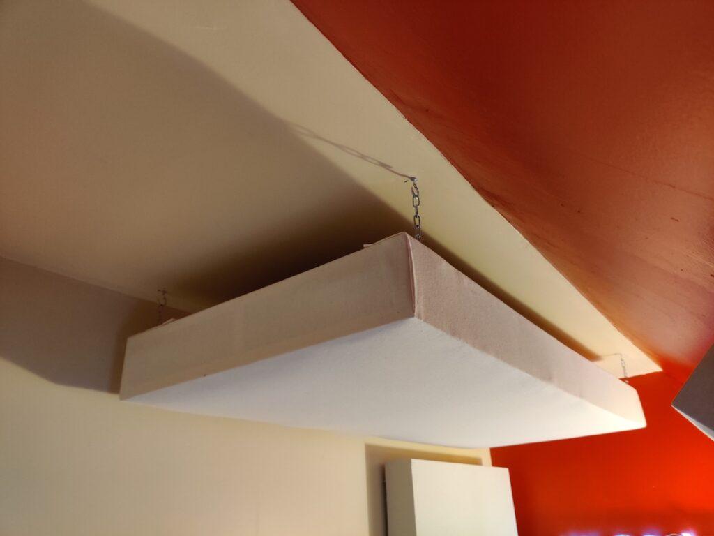 utilisation de chainettes pour fixer un panneau acoustique absorbeur en cloud au plafond