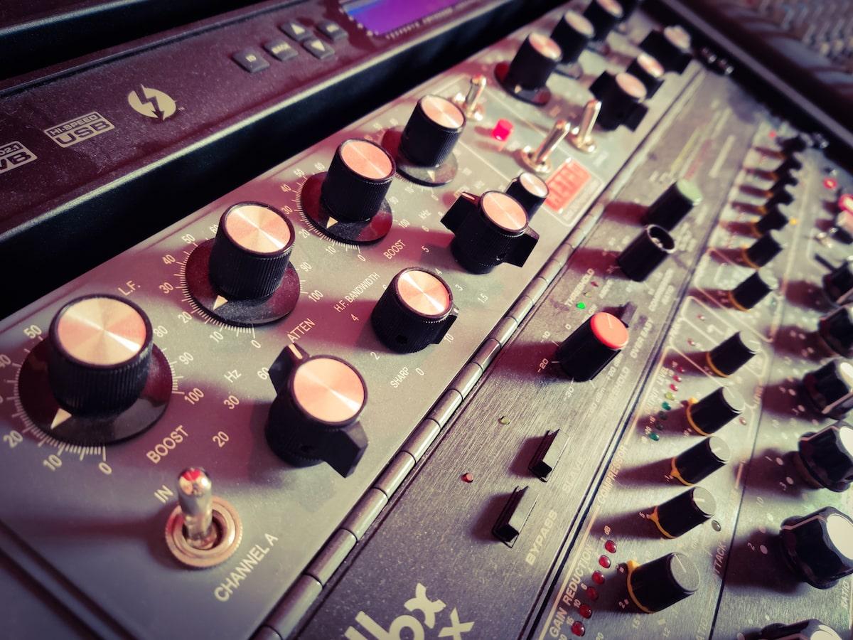 Mixage, Mastering avec notre Retro Instruments 2A3 style Pultec au studio The Office / The Artist Paris