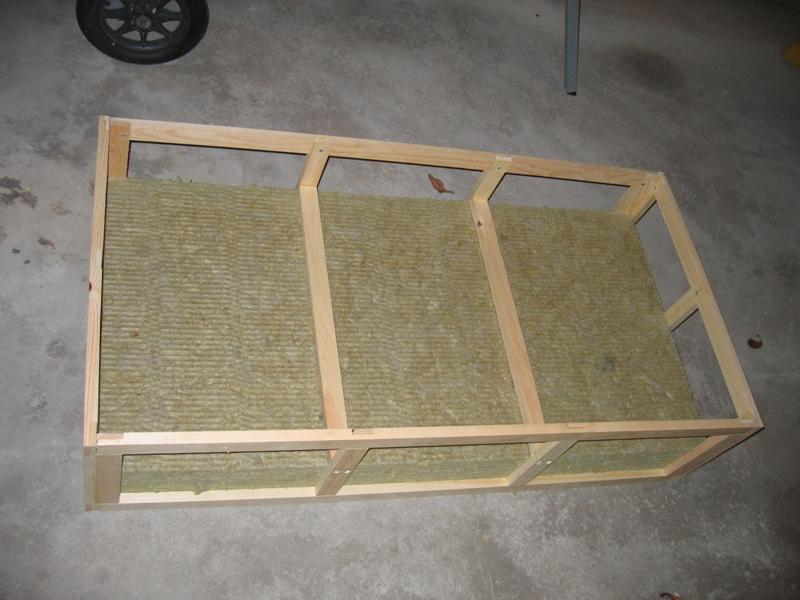 Un panneau acoustique absorbeur avec une structure en tasseaux de pin