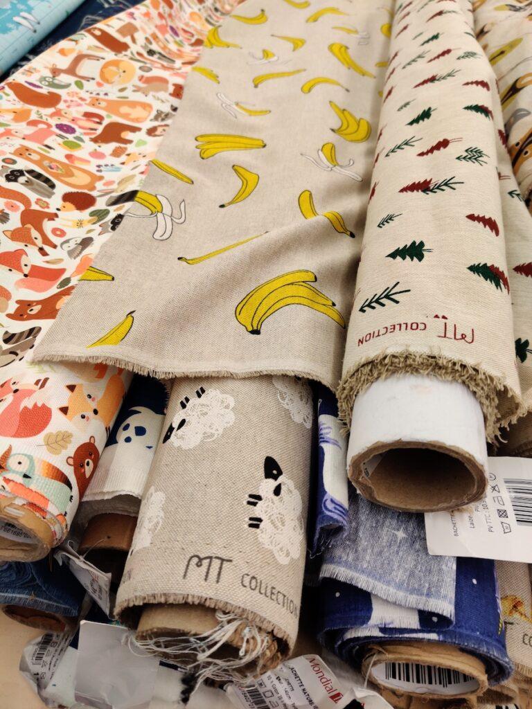 Tissu à motif banane, mouton et sapin