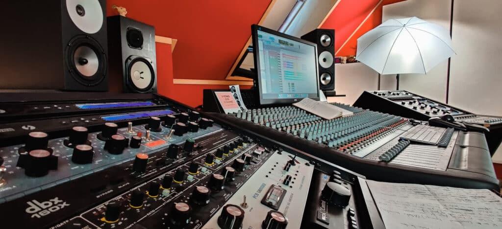 retro instruments 2A3, DBX 160x, Amphion two18, Yamaha ns10, Amek big 28, Neve 8816, 1176 au studio the office / The artist paris