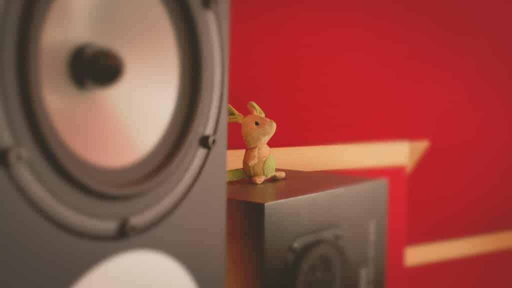 petite souris en peluche posée sur des yamaha ns10 à coté des amphion Two18 au the office / the artist studio paris